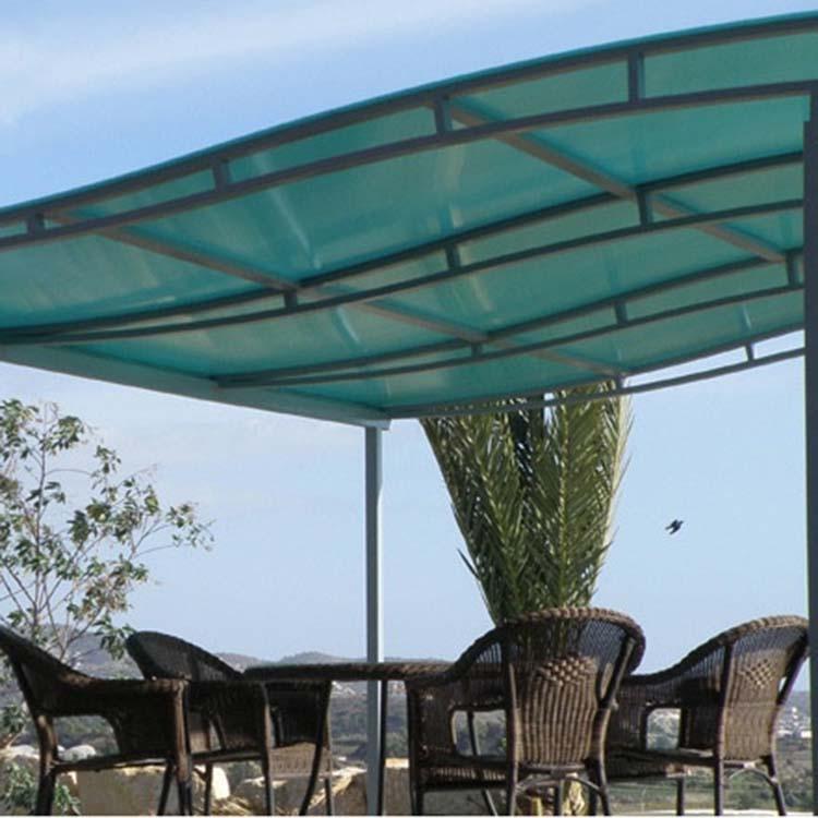 """耐力板工程濕式裝配法主要用于小型的設施,如汽車庫、車站篷、雨檐、溫室以及其它許多替代玻璃的場合。當采用濕式裝配法,基本要求是密封系統要能承受板材一定量的移動,耐力板允許熱膨脹而不降低其與框架及板材之間的粘結力。   1、質輕:比重僅為一般玻璃的一半,且不易擊碎,搬運安裝省時省力,尤其適合高大建筑物使用;   2、防結露:在通常情況下,當室外溫度為0℃,室內溫度為23℃,只要室內相當濕度低于80%,材料的表面就不會結露;   3、傳熱性:高鋒耐力板有更低于普通玻璃和其它塑料的熱導率(K值),從而使熱量損失大大降低,用于有暖設備的建筑,屬環保材料;   4、抗沖擊性:PC是熱塑性塑料中抗沖擊性最佳的一種,由PC制成的耐力板更能在相當寬的溫度范圍內長時間保持良好的抗沖擊性能,有""""不碎玻璃""""和""""響鋼""""的美稱;   5、抗化學性:高鋒耐力板在室溫下能耐各種有機酸、無機酸、植物油、中性鹽溶液、脂肪烴以及酒精的侵蝕。耐力板溶于氯代烷烴,稍溶于芳香烴和酮,能被堿破壞,在天那水、甲醇中會溶脹;   6、阻燃、防火強鵬PC板有良好的防火性,經國家防火建筑材料監督中心測試,按GB8624——1997標準,達到難燃B1級。板材自身燃點630℃,燃燒過程不會產生有毒氣體,不會助長火勢蔓延,離火后自熄。   7、冷彎曲安裝,耐熱、耐寒。   耐力板工程干式裝配法,指不使用密封膠。因為有時可能發生板材膨脹量超過了密封膠的延伸極限的情況及為了美學方面的需要,干式裝配系統的優點是密封膠條壓緊在壓條的里面,使板材在膨脹和受載位移動時可以自由地移動。這種安裝方式不得用PVC密封膠條,因在軟質PVC中添加的增塑劑遷移至板材表面,會使板材的表面龜裂,甚至則整板遭破壞。 文章由:PC耐力板 華廈綠寶建材有限公司整理提供,此文觀點不代表本站觀點"""